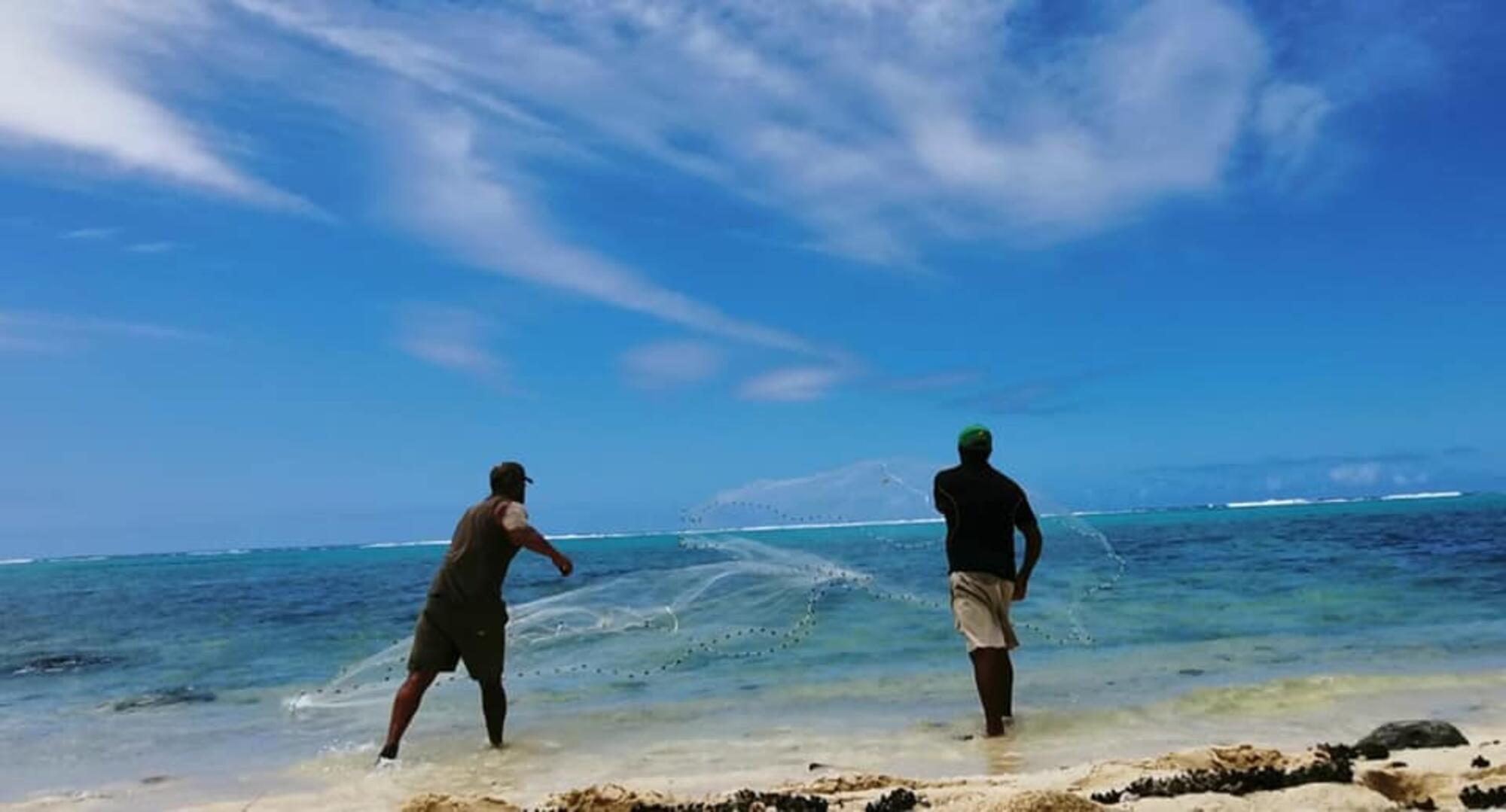 Reef and Beach Fishing Tour with Sunshine Raro Cultural Tours